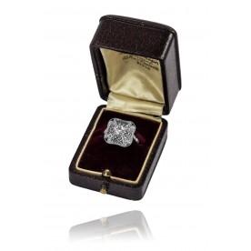 201. Platynowy pierścionek Art Deco z filigranowymi wycinankami oraz doszlifowanymi do wzoru szafirami