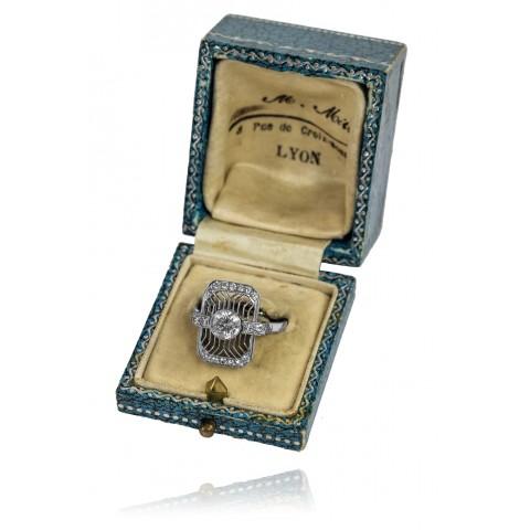 Pierścionek platynowy w stylu Art Deco z brylantem 0,73ct oraz filigranową wycinanką