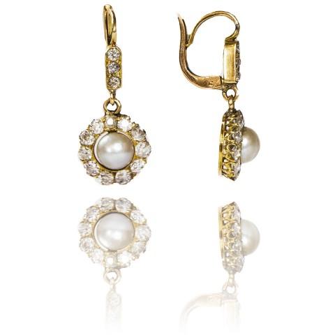 Kolczyki z diamentami oraz perłami wykonane ze złota