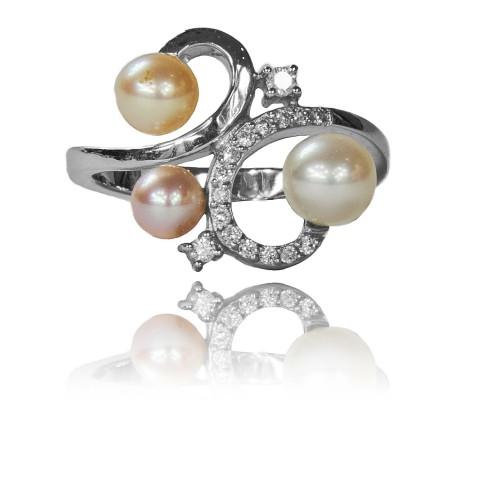 264. Pierścionek z perłami oraz brylantami wykonany ze złota
