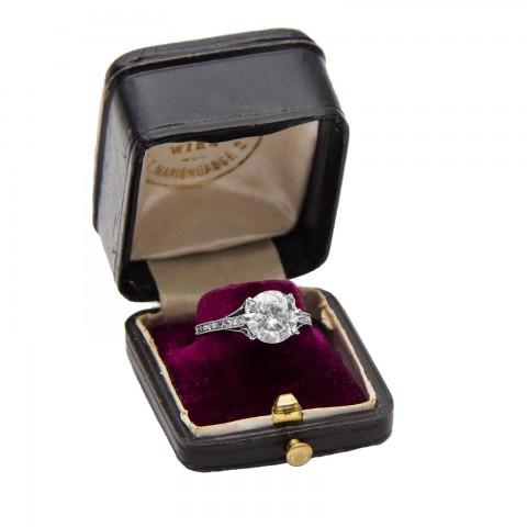 Platynowy pierścionek z brylantem ~ 1.78ct w kolorze RIVER