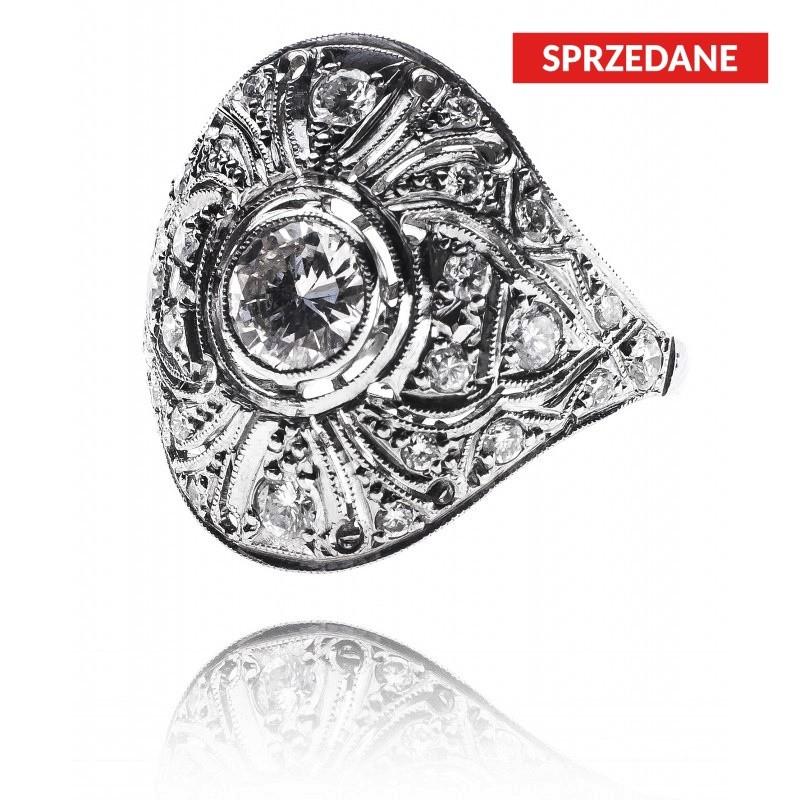557. Pierścionek z diamentami wykonany w platynie