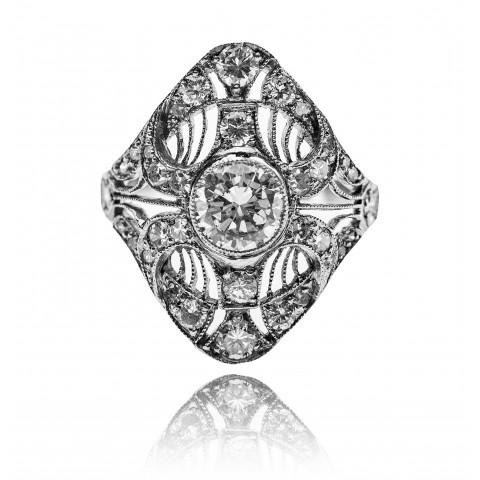 562. Pierścionek z diamentami wykonany w platynie