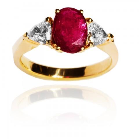 Pierścionek z rubinem wykonany ze złota