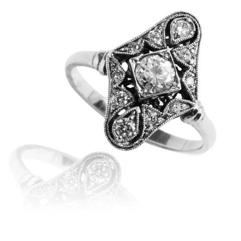 Pierścionek z diamentami wykonany z białego złota