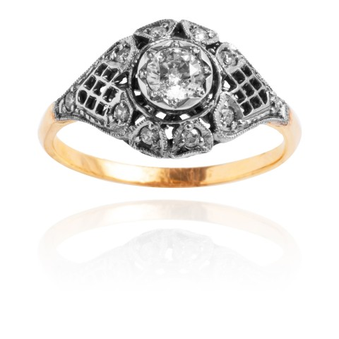 Pierścionek z brylantem wykonany ze złota