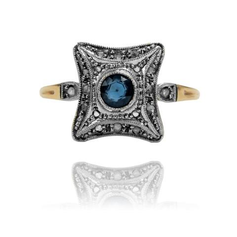 LOT217. Pierścionek z szafirem oraz diamentami wykonany ze złota oraz platyny