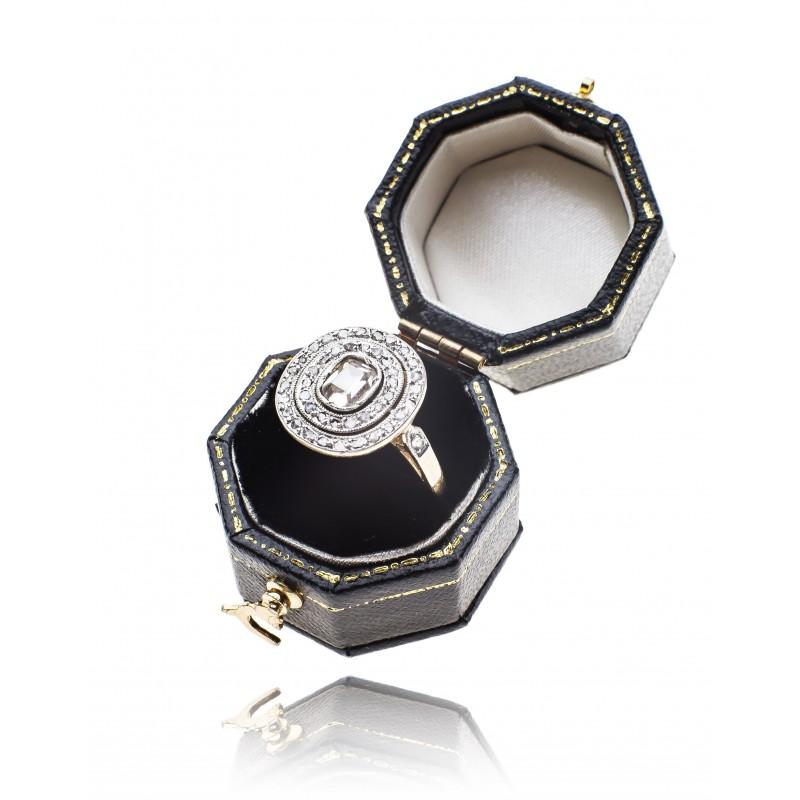 528. Pierścionek z diamentami wykonany ze złota pr. 0.750
