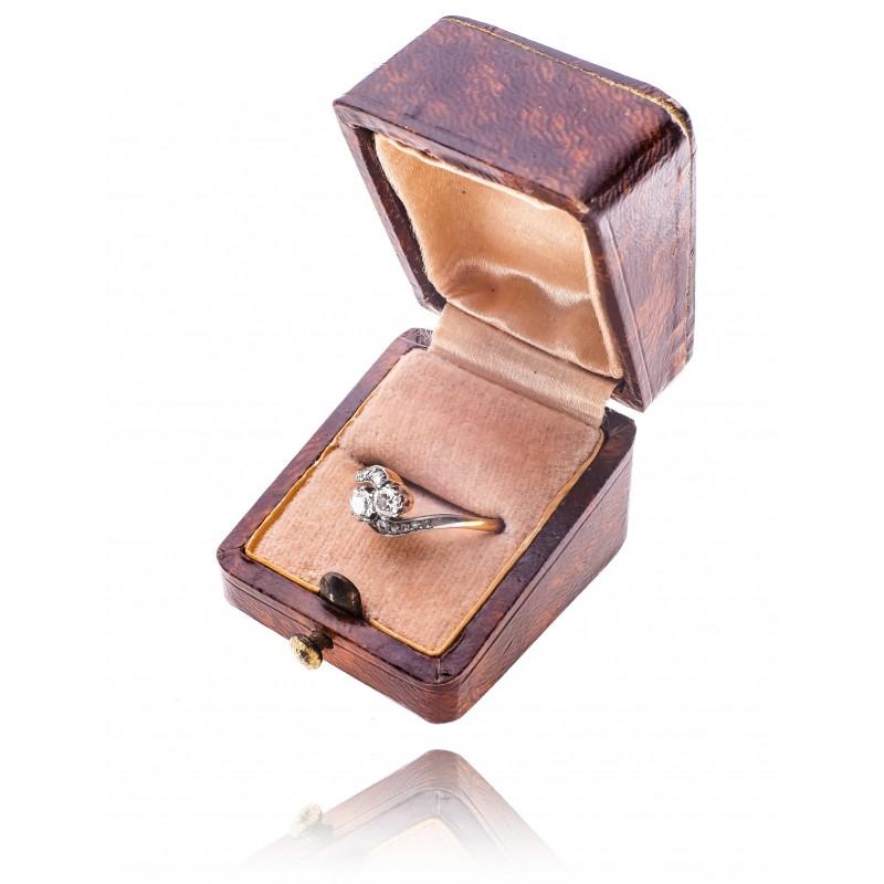 524. Pierścionek z diamentami wykonany ze złota pr. 0.585 oraz platyny