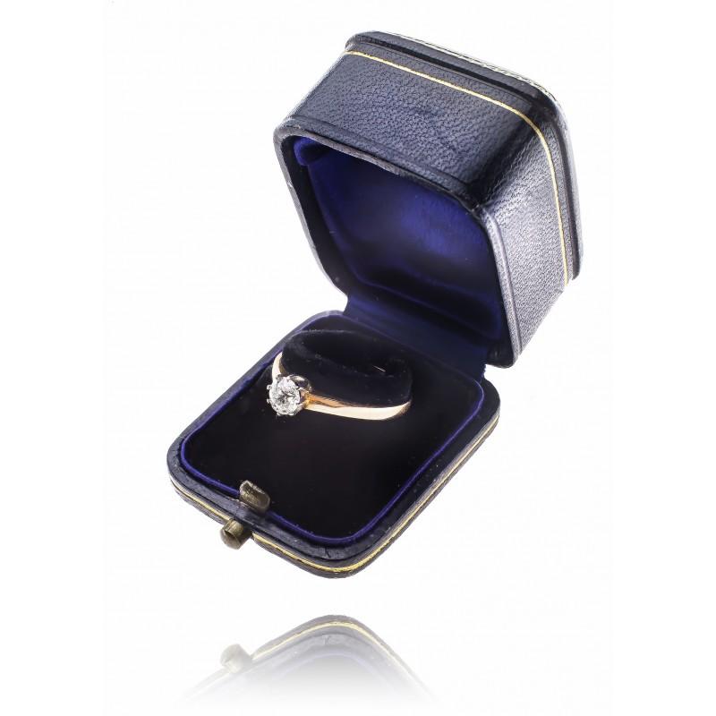 526. Pierścionek z brylantem wykonany ze złota pr. 0.585