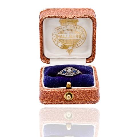 Dawny pierścionek z diamentami i naturalnymi szafirami