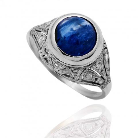 Dawny platynowy pierścionek z diamentami i szafirem cejlońskim (kaboszonem)