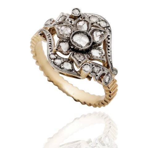 Dawny pierścionek z rautami diamentowymi wykonany ze złota i platyny