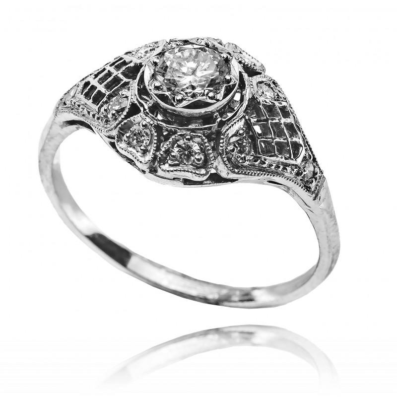 611. Pierścionek z diamentami w stylu Art Deco wykonany ze złota