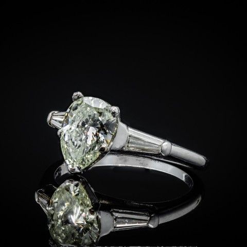 Platynowy pierścionek z diamentową łezką ok. 1.25ct