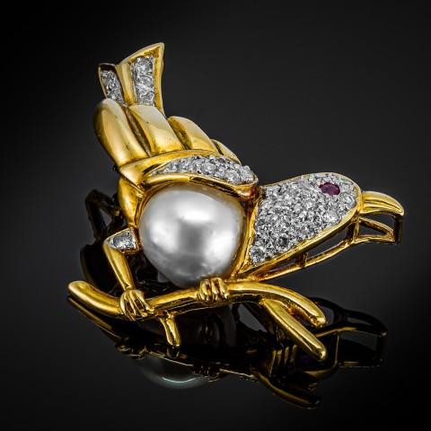 Złota broszka z diamentami, rubinem i perłą