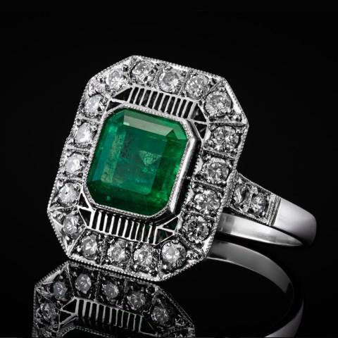Platynowy pierścionek z diamentami i szmaragdem