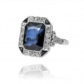 202. Pierścionek w stylu Art Deco z diamentami wykonany ze złota